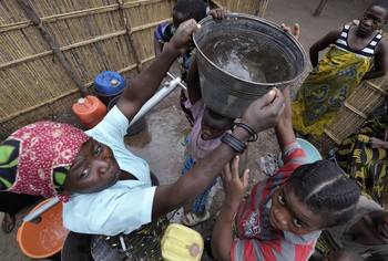 Malawi women water